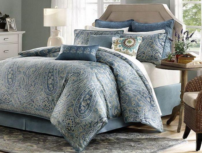 luxuriöses Doppelbett mit Polsterrahmen in Hellblau, Zimmer mit Gartenaussicht