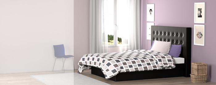 lila Wand mit vier Bildern, zwei Flechtkörbe neben dem Bett, Fenster in der Ecke
