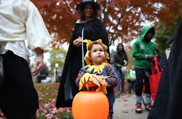 Halloween Bilder von einem kleinen Mädchen wie eine Strohpuppe verkleidet