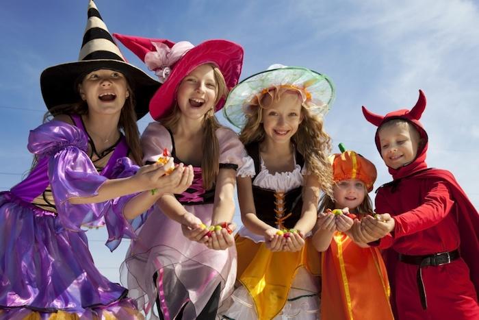 Halloween Bilder von einer Gruppe von fünf glückliche Kinder, die Süßigkeiten bekommen haben