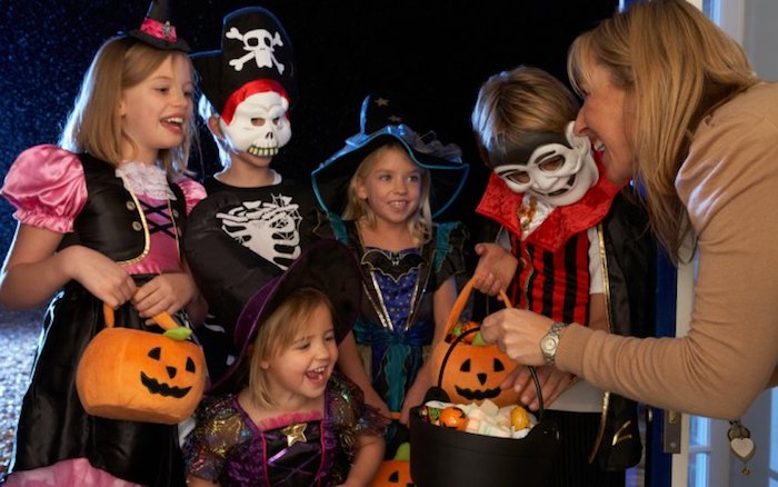 Halloween Bilder mit ein paar kleine Ungeheuer, die Süßigkeiten bekommen