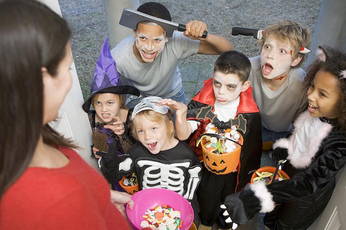Halloween Bilder von einer Gruppe aus niedlichen Kinder, die sich verkleiden haben