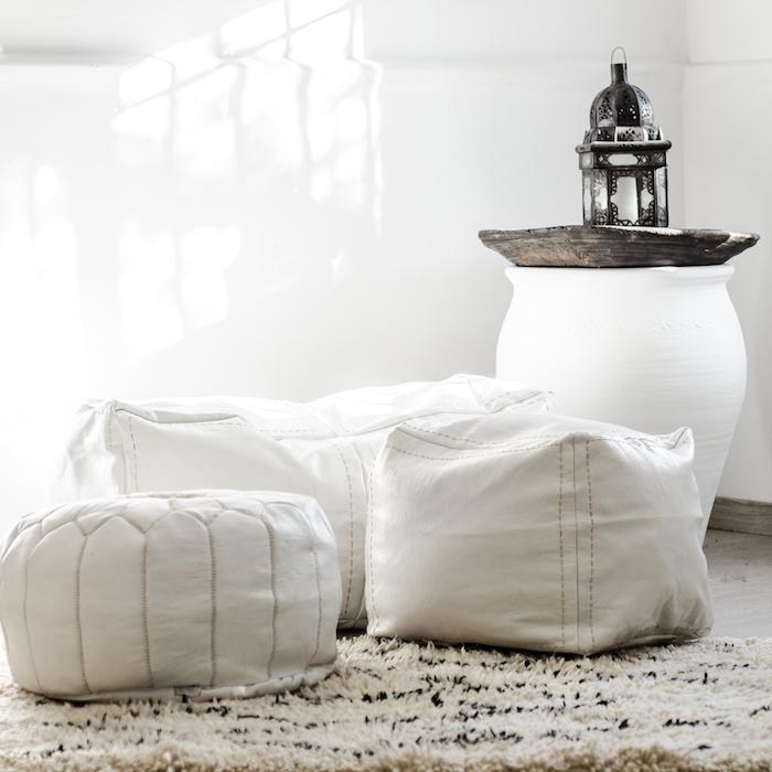 bodenkissen in weißer farbe deko zu hause praktisch aus leder schöne deko lampe