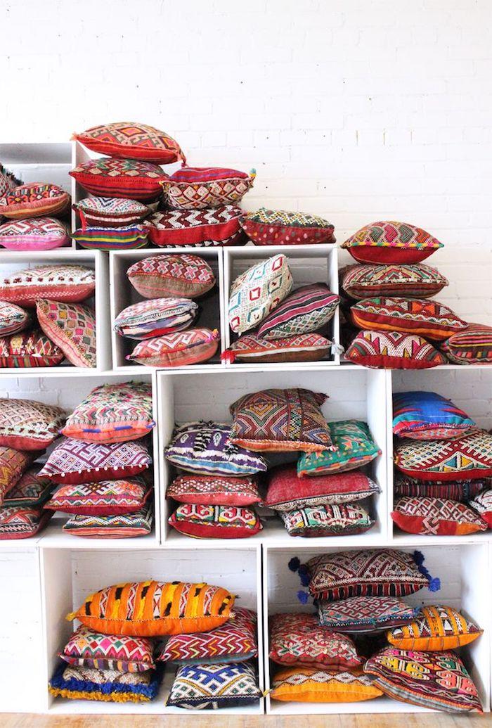 bodensitzkissen dekorative kissen bunte kissen design dessin regale für kissen bunt