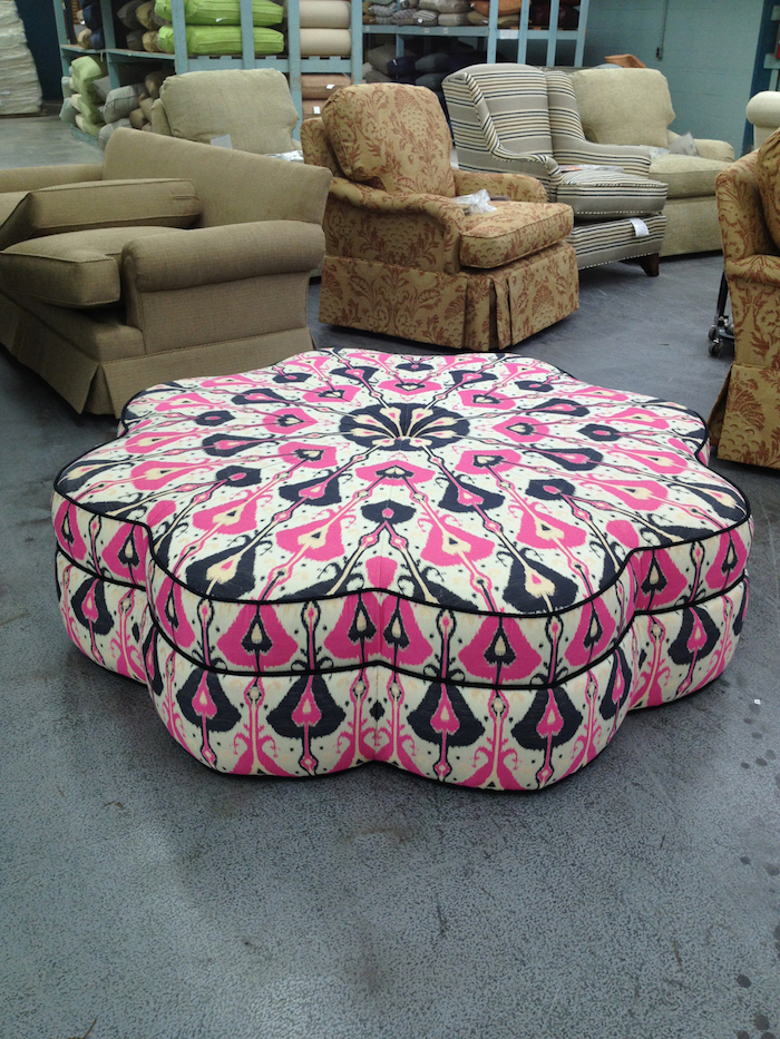 bodenkissen idee blumenartig schöne gestaltung rosa zyklame schwarz weiß deko