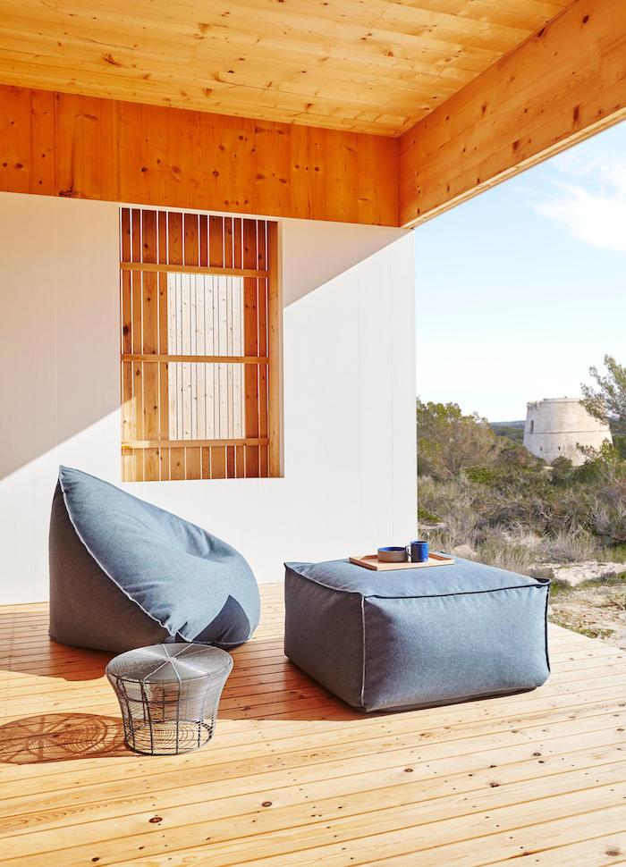 bodensitzkissen auf der veranda dezentes design graue farbe haus fenster tisch