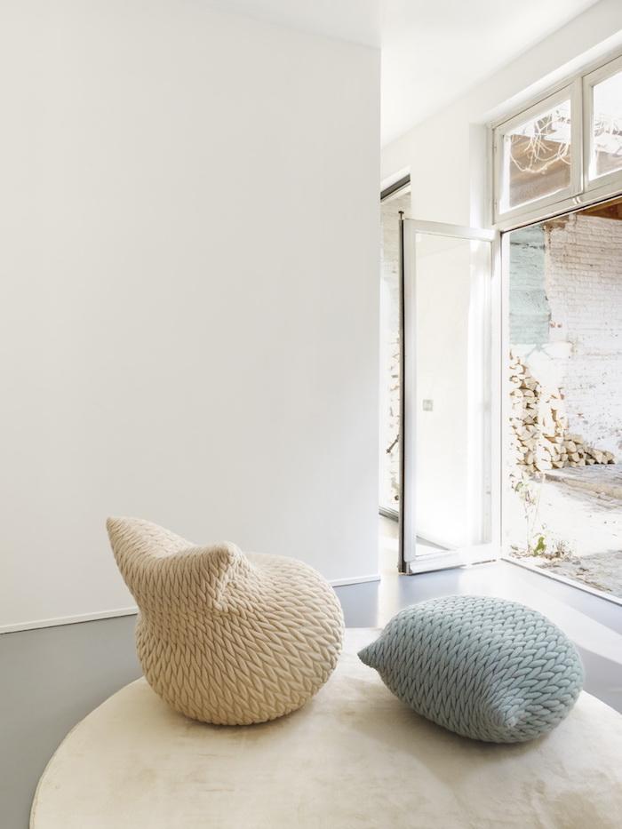 bodensitzkissen mit eigenartigem design grau und weiß deko ideen teppich rund idee