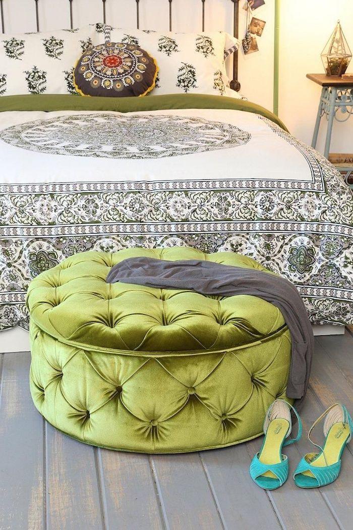 große sitzkissen verkleidet im samt grün türkis schuhe absatzschuhe kissen deko