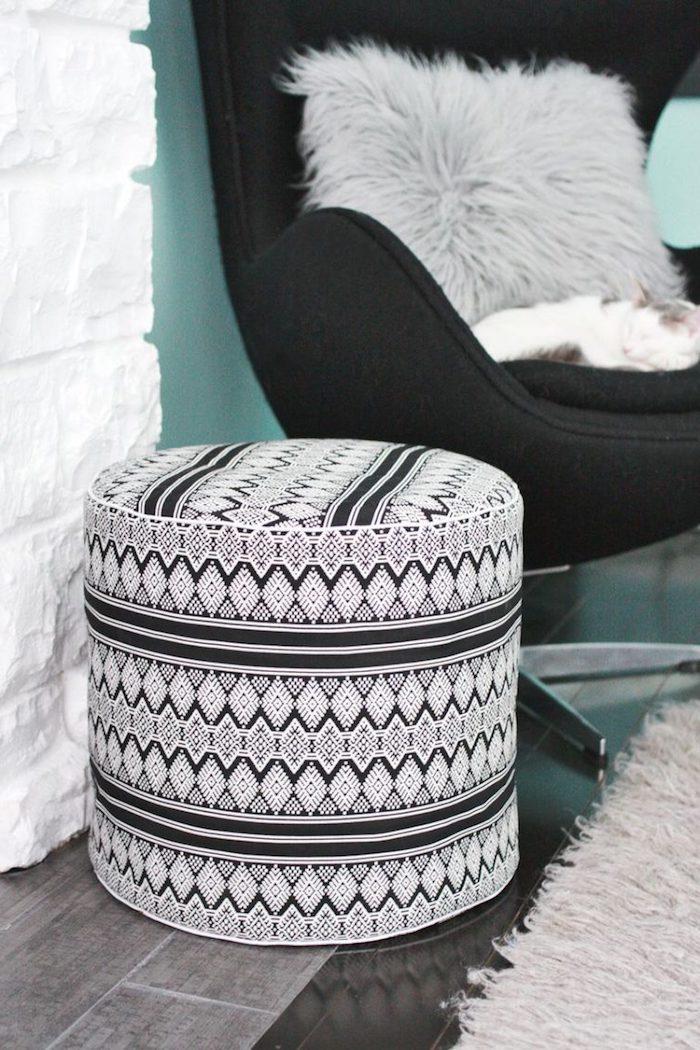 große sitzkissen idee schwarz weiße gestaltung design idee teppich sessel kissen