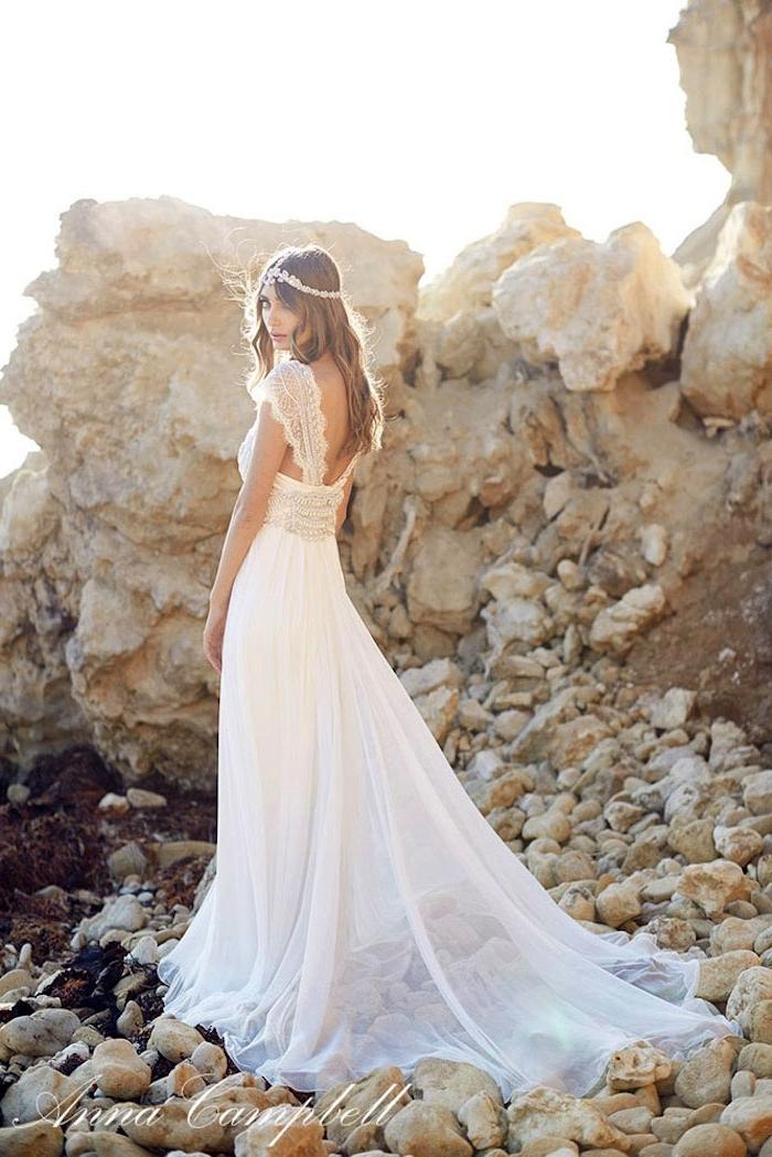 weißes boho hochzeitskleid aus chiffon, hochzeitsfrisur in boho stil