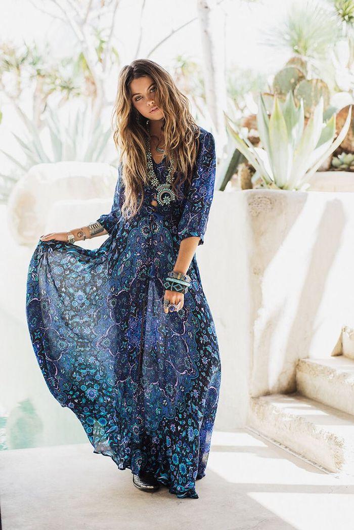 boho kleid in dunkelblau mit hellblauem blumen, frau mit braunen haaren