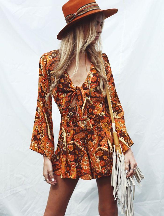 hippie kleid in orange mit floralem motiv kombiniert mit hut und tasche mit fransen