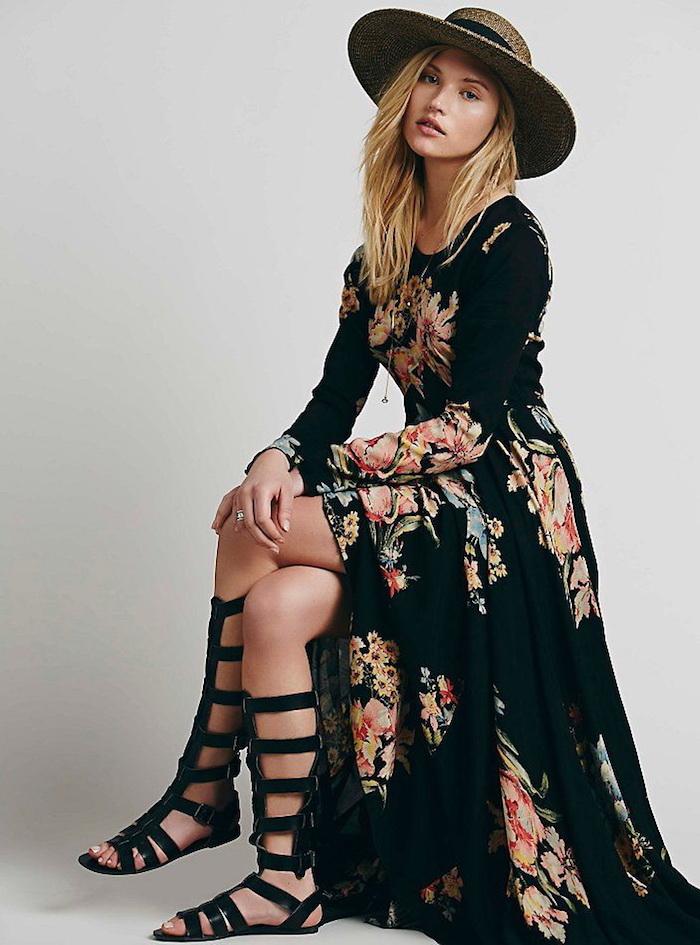 boho kleid in schwarz mit blumen-muster kombiniert mit sommerschuhen und großem hut
