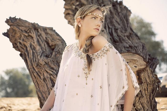 boho schmuck mit perlen, weiße bluse mit silbernen dekorationen