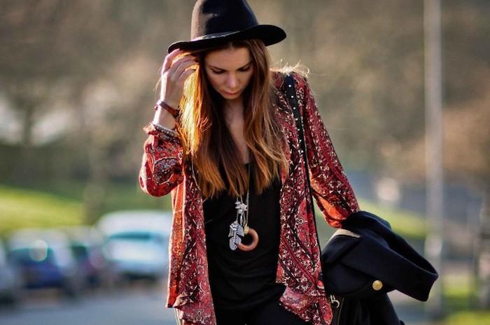 boho style, frau mit buntem hemd, schwarzer bluse und hut