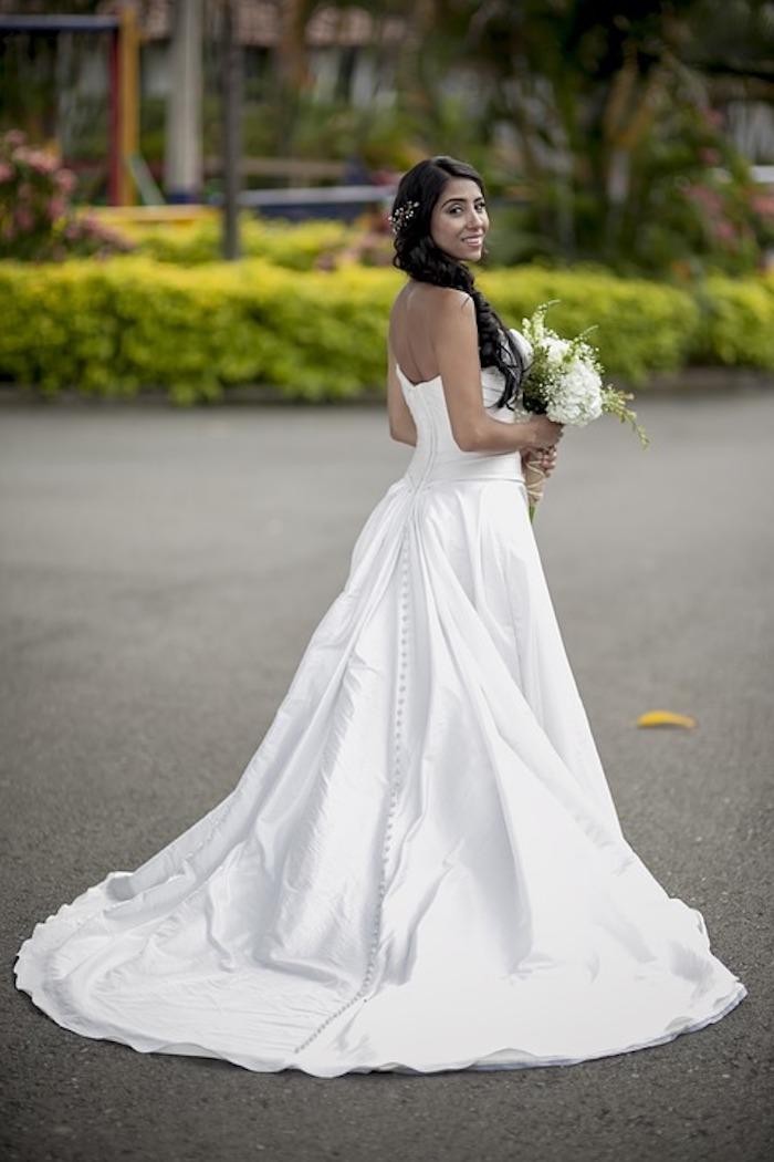 eine Braut mit einem schönen Hochzeitskleid - Brautmode