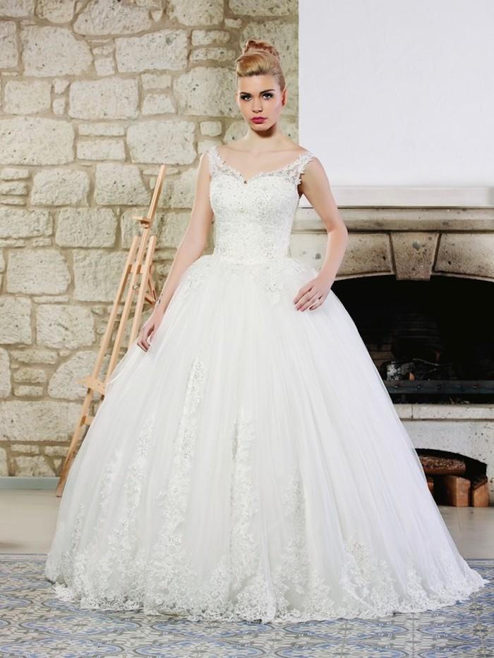 eine Braut mit Spitzenkleid - Brautmode