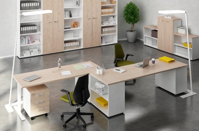 Teamarbeit an einem Projekt - Büroeinrichtung