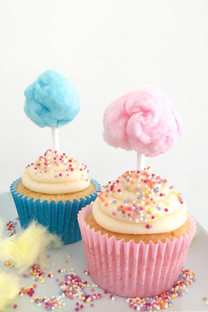 bunte Cupcakes mit Zuckerwatte für Kinderparty vorbereiten, Rezepte und Inspiration, einzigartige Party organisieren