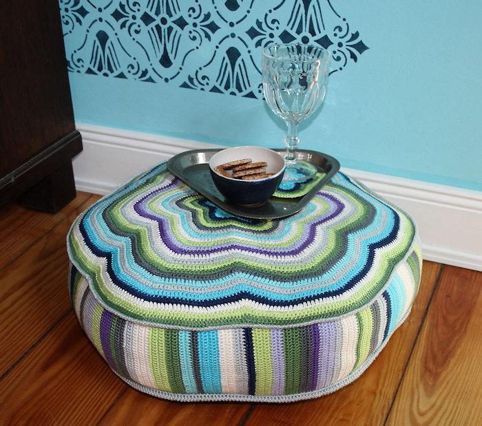 große sitzkissen schöne gestaltungsidee blau grün weiß lila violett farben deko stricken