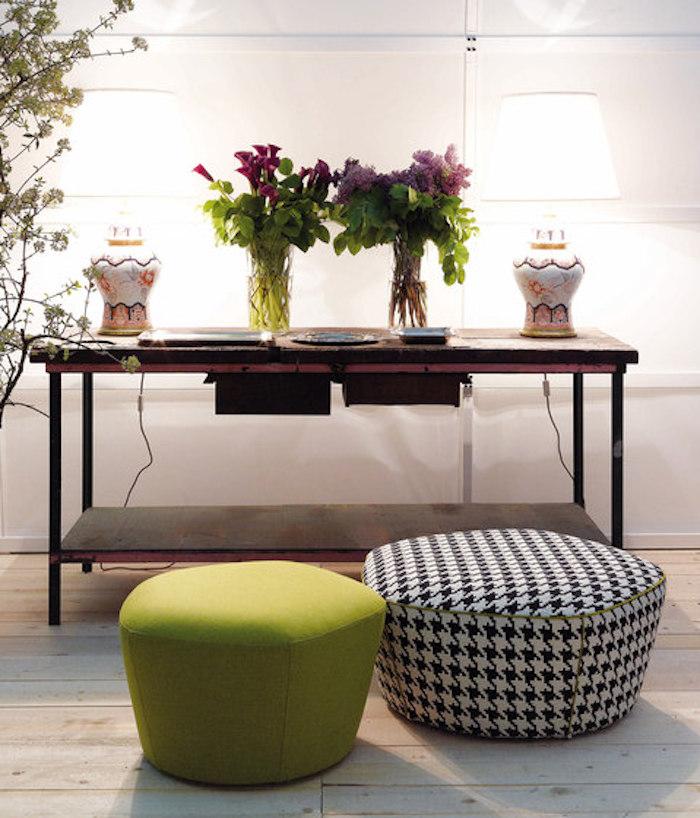 bodenkissen groß idee schwarz weiß oder grün vasen mit blumen grün und lila pflanzen
