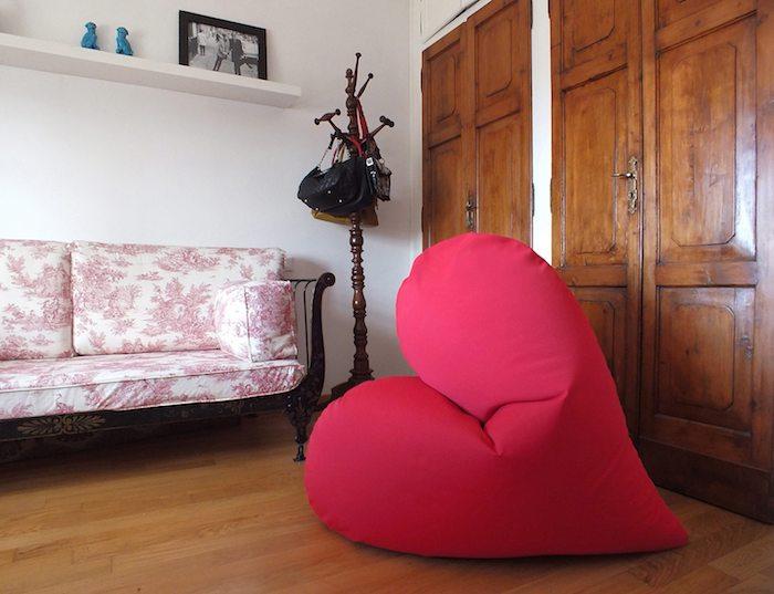 sitz kissen herzförmige dekorationen weiß rosa sofa kleiderhacken schrank idee