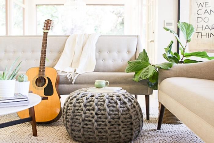 bodenkissen groß idee wohnbereich gitarre pflanze grün sofa decke möbel stricken