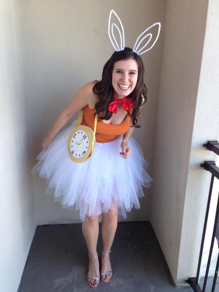 der Hase aus dem Buch Alice im Wunderland mit einer Uhr und Hasenohren - einfache Kostüme