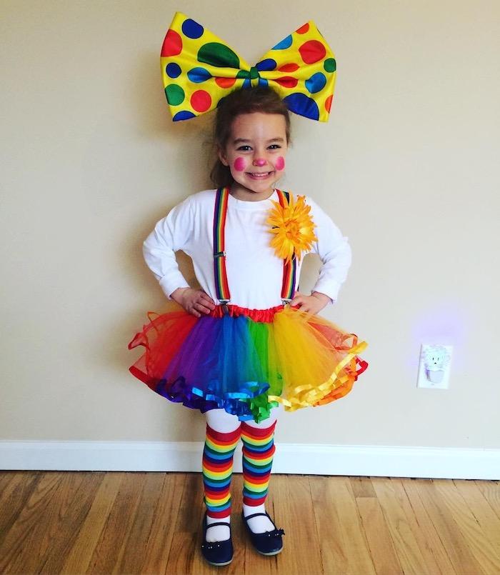 Halloween Kostüme für Kinder - ein Mädchen in allen Farben von Regenbogen verkleidet