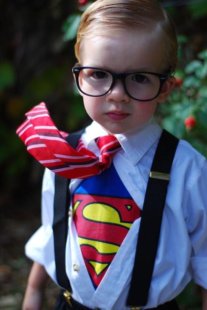 Halloween Kostüme für Kinder - ein Superman Kostüm mit einer Krawatte und Brille
