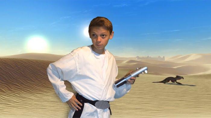 ein Luke Skywalker Kostüm auf Tatooine Hintergrund - Halloween Kostüme für Kinder
