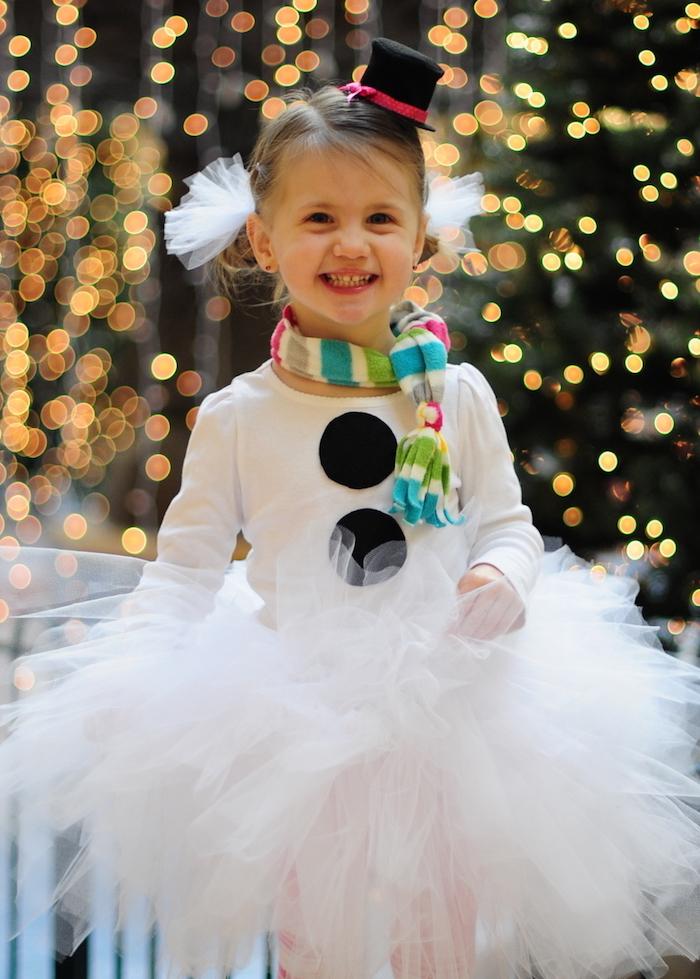 eine kleine Schneefrau mit einer kleinen Mütze - Halloween Kostüme für Kinder
