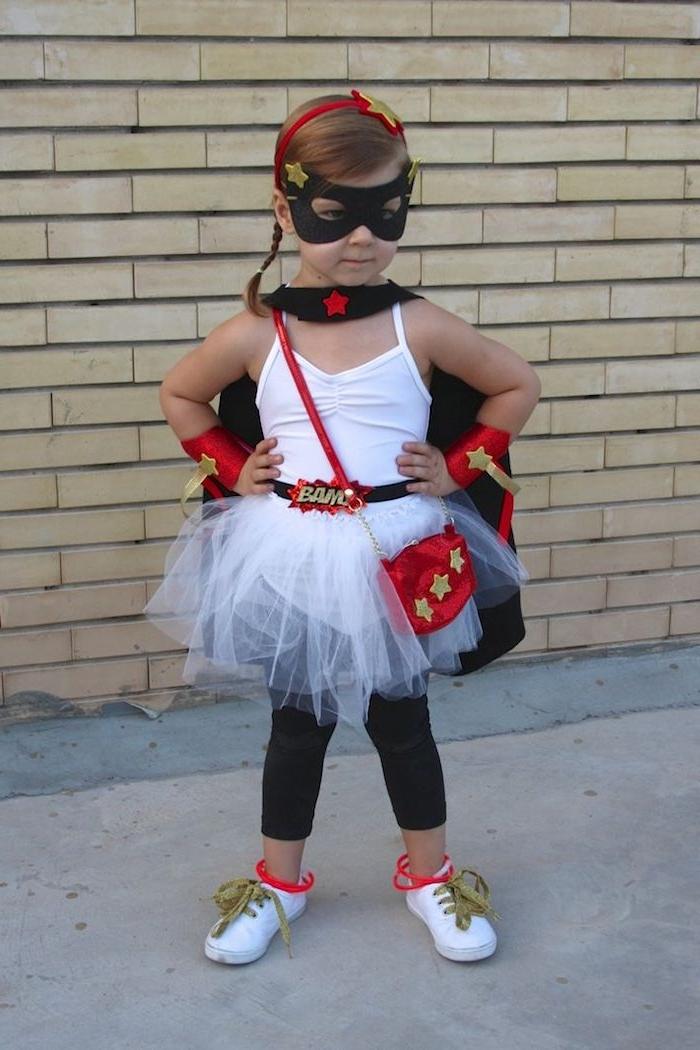 ein Mädchen mit Superhero Kostüm leicht zu nähen - Halloween Kostüme für Kinder