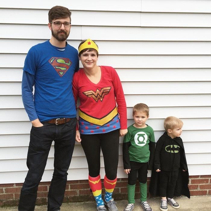 eine Familie aus Superman, Wonder Woman Batman und die grüne Laterne - gekleidet zu Halloween