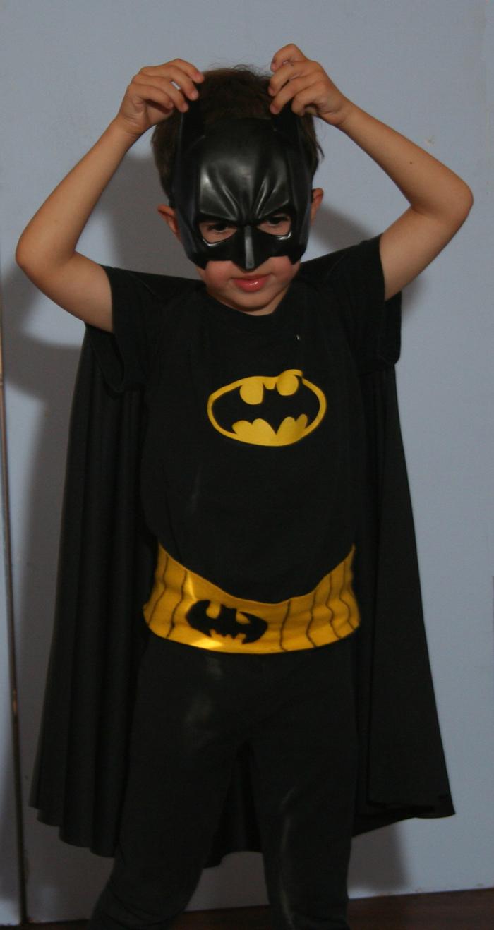 ein kleiner Batman mit Kostüm und eine schwarze Maske - Maske basteln