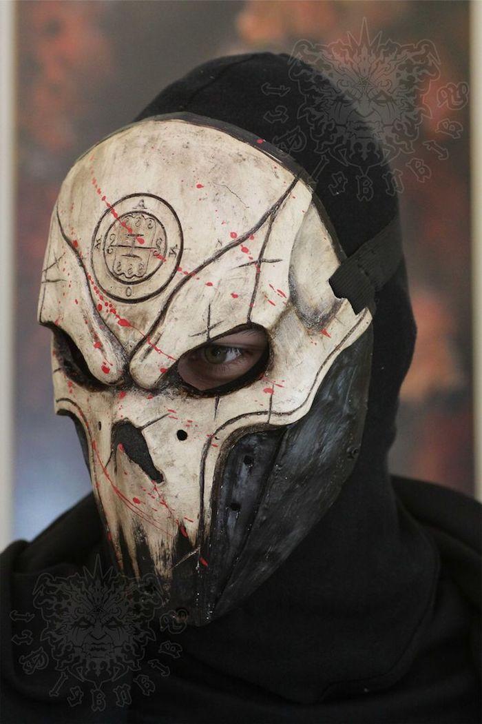 gruselige Masken von einem Schädel mit Symbol an der Hirn mit Blut geschmiert