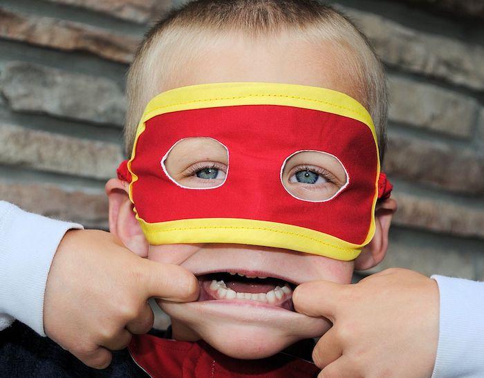 Superhero Halloween Maske - ein kleiner Junge verwandelt sich in den Flash