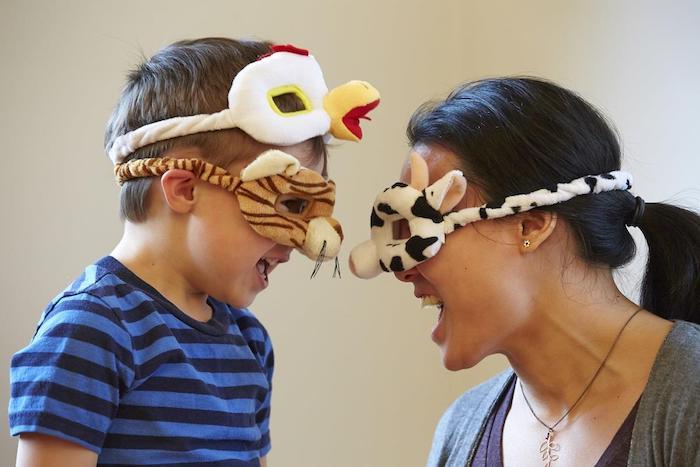 Halloween Masken für die ganze Familie - Mutter und Sohn mit Masken, die die Frau selber genäht hat