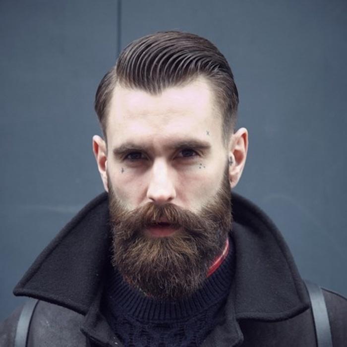 Brillantine, Haarpflegeprodukt, Haaröl, große Ohren, graue Wand, rötliche Gesichtshaare