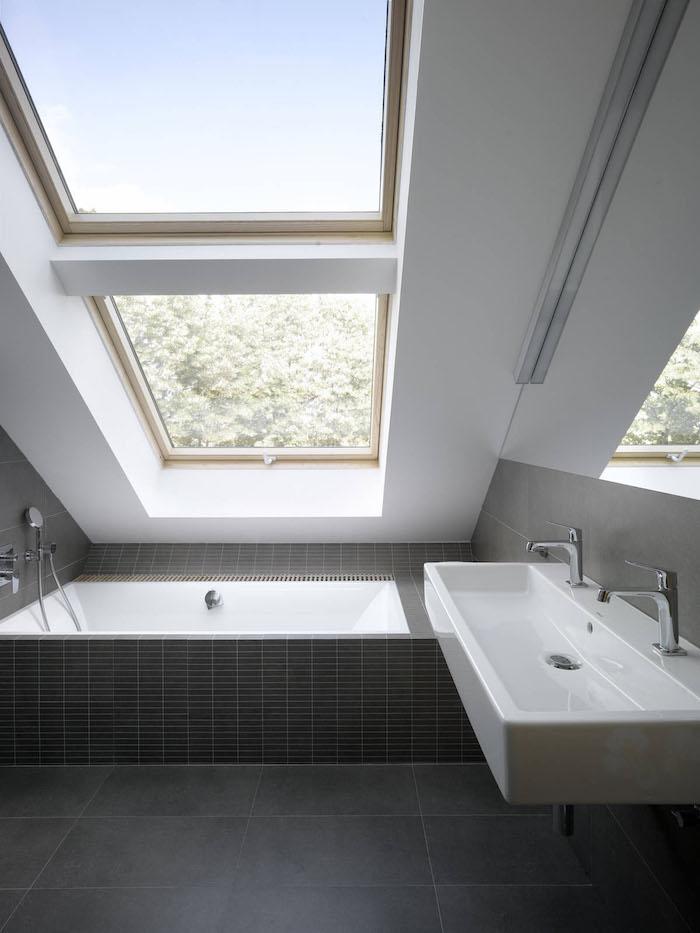 dachwohnung einrichten idee badewanne waschbecken fenster ideen schwarz weißes interieur