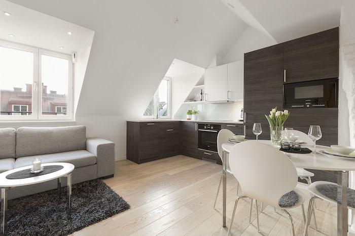 dachwohnung einrichten ideen schwarzer teppich graues sofa esstisch frische blumen küche