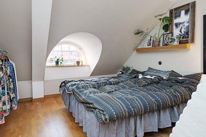 dachschräge schlafzimmer bett design idee rundes fenster regal bettwäsche kleider