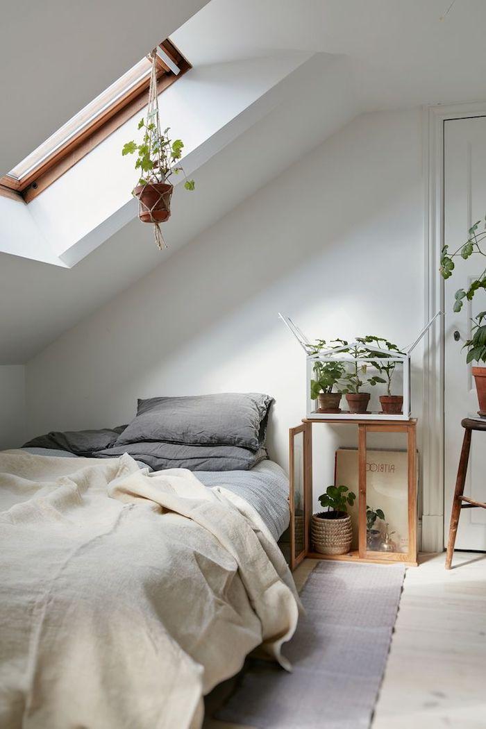 Mansardenwohnung Idee Bett Schrank Pflanzen Fenster Teppich Ideen Kleines  Schlafzimmer