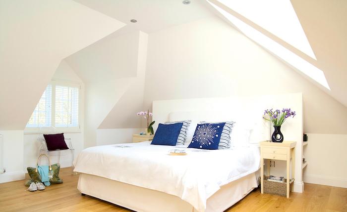 dachschräge gestalten ideen großes bett im schlafzimmer weißes bett blaue kissen