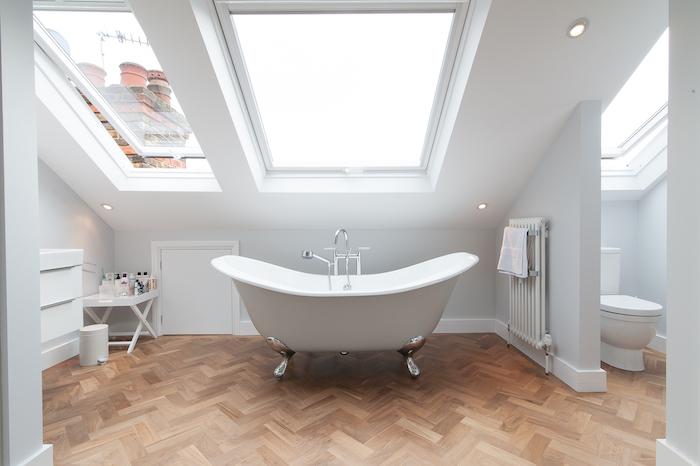 wohnung gestalten badewanne fenster ideen tuch körpertuch wc klo bad getrennt