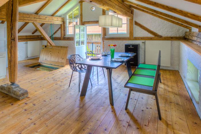 wohnung einrichten ideen zur schönen gestaltung dach wohnbereich esstisch stühle