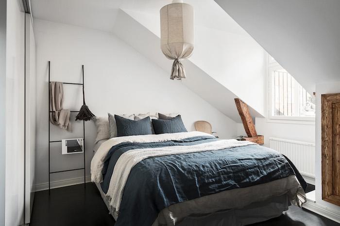 mansardenwohnung idee großes bett kleines dachzimmer smart einrichten lampe design