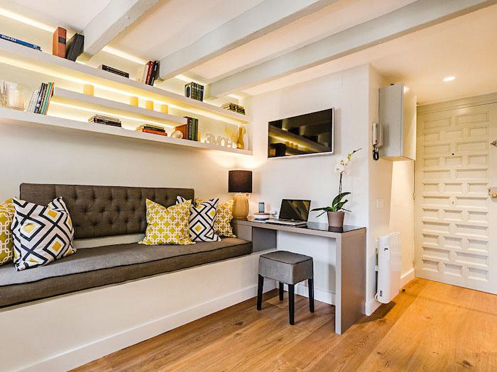 wohnung einrichten ideen zum nachmachen sofa gemütlich braun beige gelb weiß schwarz farben
