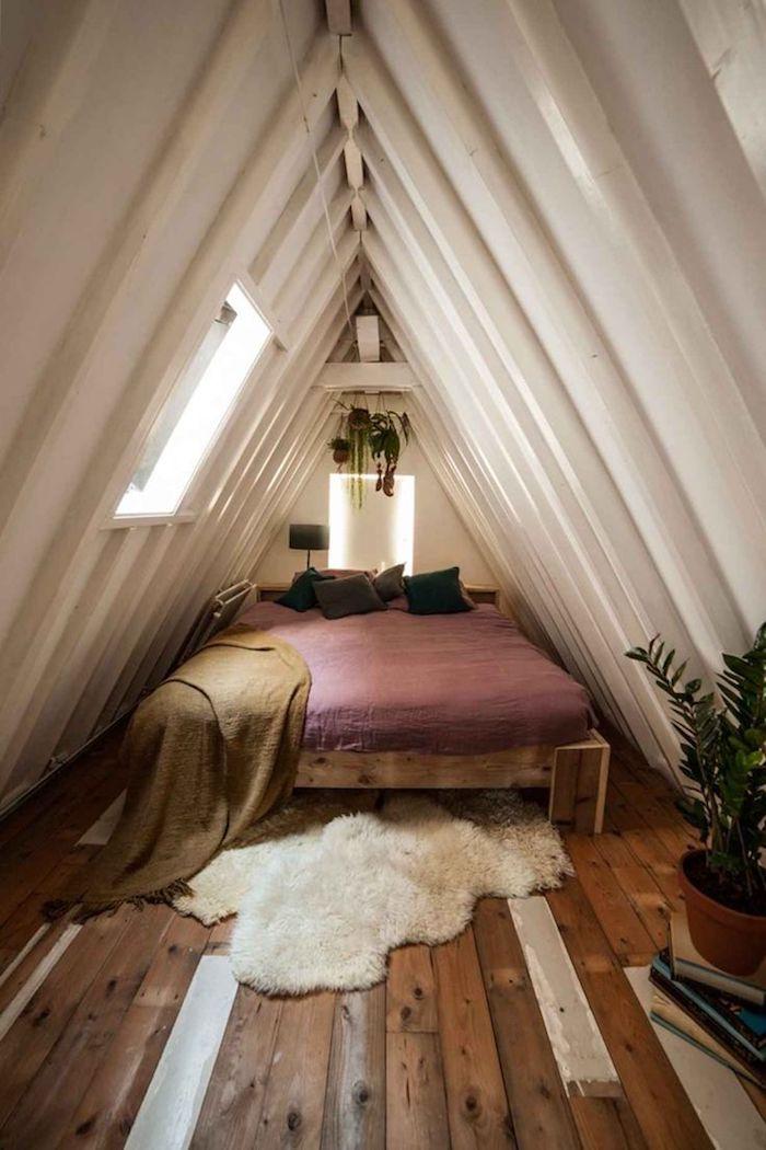 dachgeschoss einrichten bettdesign bett schlafzimmer fellteppich natürlich fenster dachschräge
