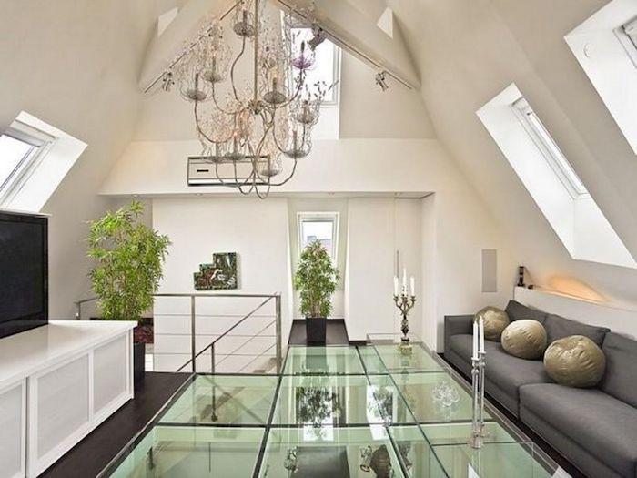 lampen fr hohe schrge decken in silber und gold ber einem runden esstisch renoviertes dach. Black Bedroom Furniture Sets. Home Design Ideas